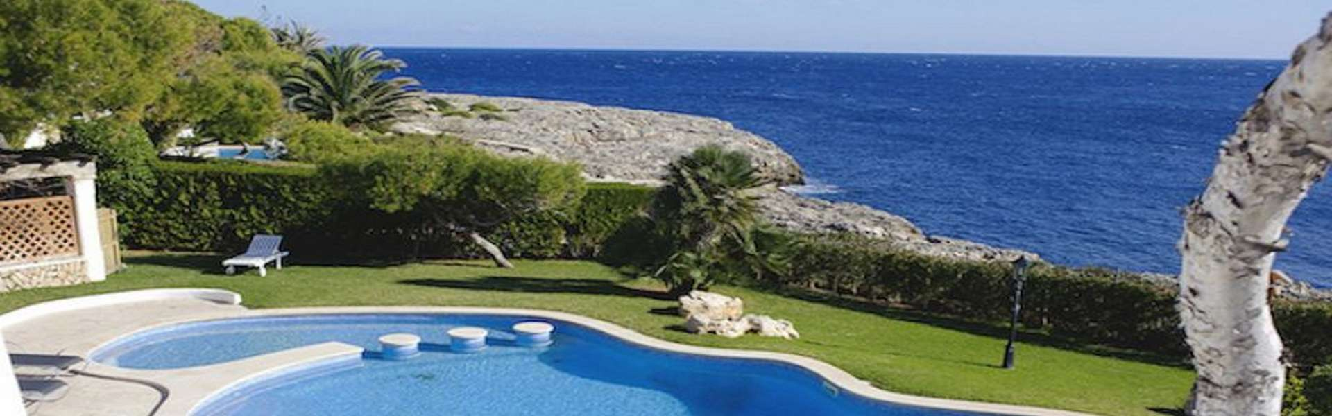 Villa in 1st line in Cala d'Or with tourist license